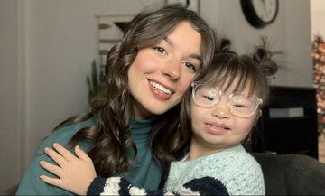 Μικρούλα με σύνδρομο Down φτιάχνει τα μαλλιά της αδερφής της (vid)