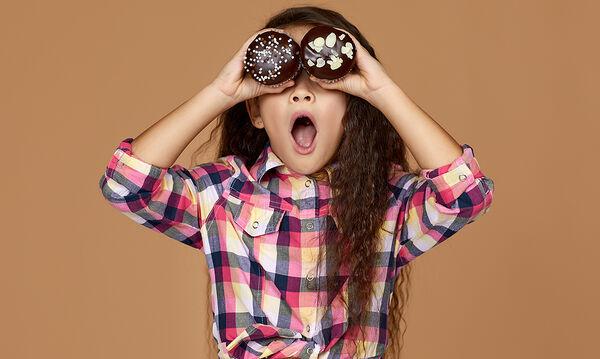 Σοκολατένια muffins με κρέμα τυρί - Το ωραιότερο γλυκάκι για παιδιά (vid)