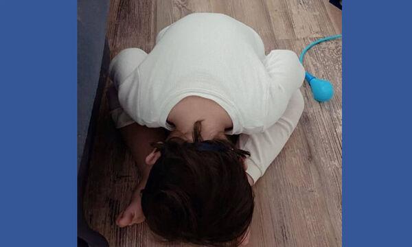 Ο γιος διάσημης Ελληνίδας μαμάς αποκοιμήθηκε κάπως... έτσι (pics)