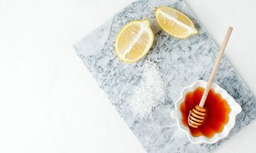 Tips για μαμάδες: Σπιτική μάσκα προσώπου με λεμόνι και μέλι