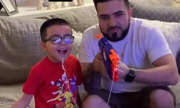 Δείτε πώς έβγαλε αυτός ο μπαμπάς το δόντι του γιου του