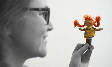 Φωτογράφος απαθανατίζει ενήλικες με τα αγαπημένα τους παιδικά παιχνίδια
