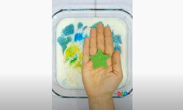 Πειράματα για παιδιά: Εύκολο πείραμα με γάλα και χρώμα ζαχαροπλαστικής