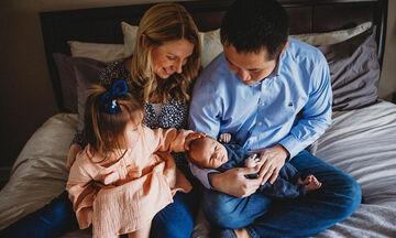 Τρυφερές φωτογραφίες από τις πρώτες στιγμές με το νεογέννητο στο σπίτι