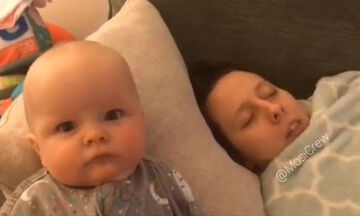 Μωράκι βλέπει την μαμά του να ροχαλίζει  - Δείτε πώς αντιδρά