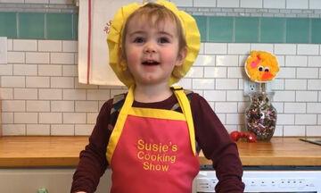 Είναι μόλις δύο ετών και φτιάχνει σοκαλατένιο κέικ με έξι υλικά