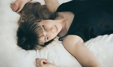 4 tips για να μην μένεις διαρκώς ξαπλωμένη λόγω των πόνων της περιόδου