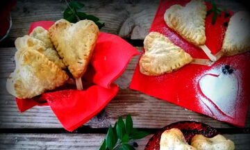 Valentine's Day: Καρδιές σφολιάτας γεμιστές με κρέμα και μύρτιλλα