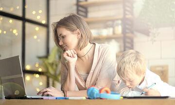Τηλεργασία & μητρότητα: Πράγματα που θα βοηθήσουν να τα βγάλουμε πέρα
