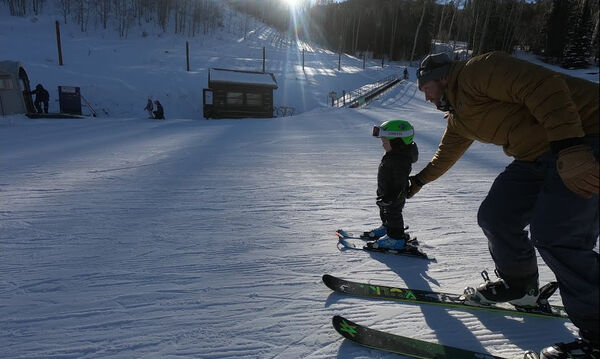 Ο πιτσιρικάς που τρέλανε με το ταλέντο του στο σκι (vid)