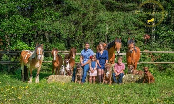 Κοντά στη φύση: Οικογένειες φωτογραφίζονται στη φάρμα με τα ζώα τους