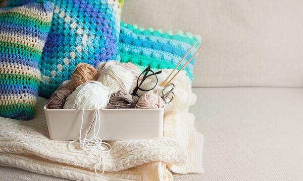 Φτιάξτε πλεκτά μαξιλάρια για τον καναπέ χωρίς βελόνες