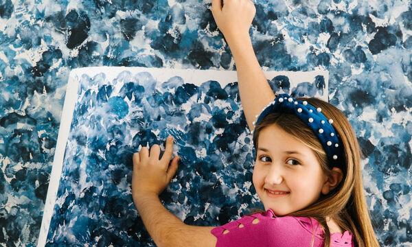 To 9χρονο κοριτσάκι που σχεδιάζει ταπετσαρίες με τα δάχτυλά της