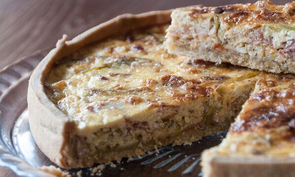 Συνταγή για κις με μπέικον και πράσο από τον Άκη Πετρετζίκη