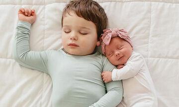 Μαμά φωτογραφίζει το νεογέννητο μωρό με τον γιο της & το διαδίκτυο λιώνει