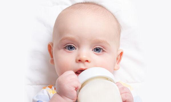 Πότε το μωρό μπορεί να κρατήσει μόνο του το μπιμπερό;