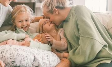 Οι φωτογραφίες μιας μαμάς με τις τρεις κόρες έχουν ενθουσιάσει το διαδίκτυο