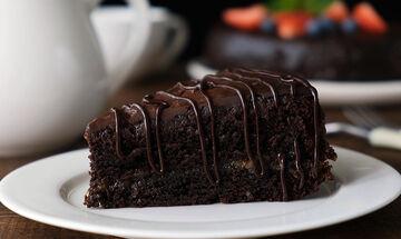 Το κέικ του lockdown - Φτιάξτε το με τρία μόνο υλικά (vid)