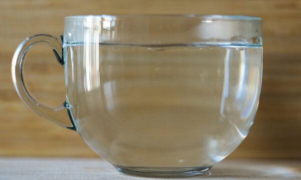 Ζεστό νερό το πρωί: Πώς βοηθά την υγεία (εικόνες)