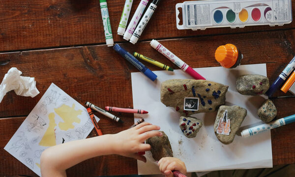 Ένας χρόνος σε καραντίνα με μικρά παιδιά: 20 σκέψεις που όλες έχουμε κάνει