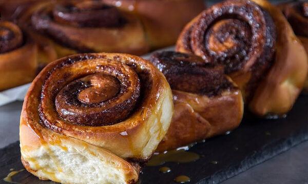 Cinnamon rolls με σάλτσα καραμέλας: Αυτή τη συνταγή αξίζει να τη δοκιμάσετε