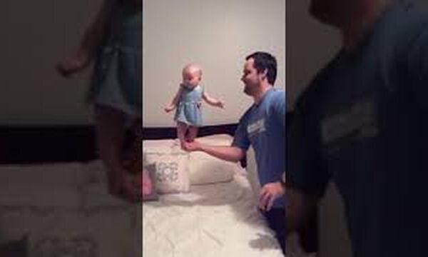 Μωράκι ισορροπεί στην παλάμη του μπαμπά του και γίνεται viral