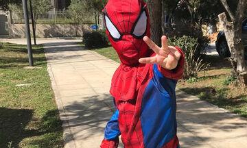Γιος γνωστής Ελληνίδας δημοσιογράφου πήγε βόλτα ντυμένος... Spiderman