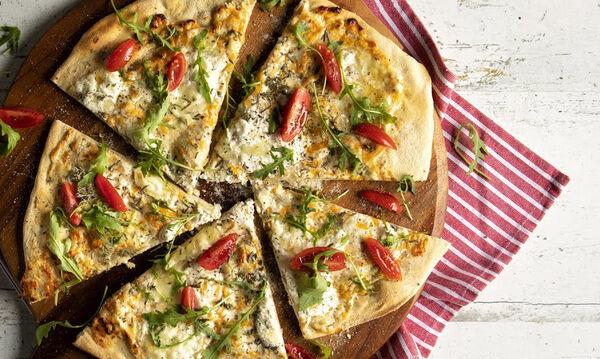 Σπιτική πίτσα με τέσσερα τυριά - Δείτε πώς θα τη φτιάξετε