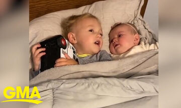 Αγοράκι ηρεμεί την έξι μηνών αδελφή του και γίνεται viral (vid)