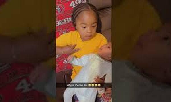 Μαμά καταγράφει την κόρη της καθώς προσπαθεί να …θηλάσει το μωρό