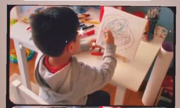 Γνωστή τραγουδίστρια φωτογραφίζει τον γιο της καθώς ζωγραφίζει
