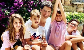 Σάκης Ρουβάς: Τα παιδιά του τραγουδούν μαζί στο σπίτι και γίνονται viral