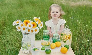 Σπιτική λεμονάδα: 3+1 συνταγές με απλά υλικά (vid)