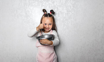 Πανεύκολη συνταγή για να φτιάξετε pancakes μήλου για τα παιδιά (vid)