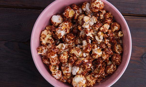 Σοκολατένιο popcorn με τρία υλικά που θα ξετρελάνει τα παιδιά