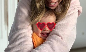 Γνωστή Ελληνίδα ηθοποιός ποζάρει στον φακό με την 10 μηνών κόρη της