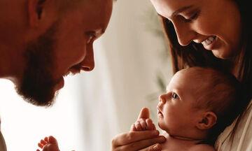 Γονείς φωτογραφίζονται με το νεογέννητο μωρό τους (pics)