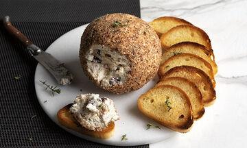 Γιορτάστε την Κυριακή της Τυρινής με αυτή τη λαχταριστή μπάλα τυριού