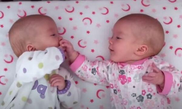 Δίδυμα μωράκια «συνομιλούν» και «τρελαίνουν» το διαδίκτυο (vid)