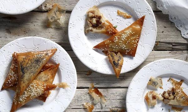 Υπέροχα πιτάκια με χαλβά και μήλο από τον Άκη Πετρετζίκη