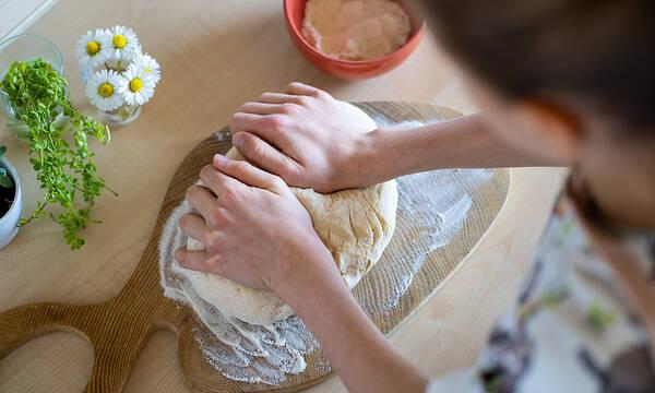 Σπιτικό ψωμί με δύο υλικά - Δείτε πώς θα το φτιάξετε