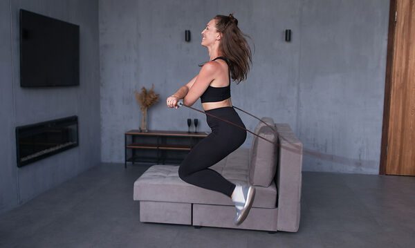 Ασκήσεις γυμναστικής με ένα σχοινάκι - Χάστε κιλά μέσα σε 10 λεπτά (vid)