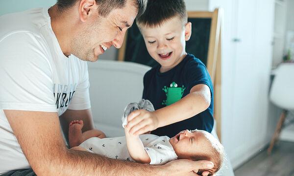 Γιατί δύο Έλληνες γονείς μπορούν να εφαρμόσουν τη συνεπιμέλεια σε άλλη χώρα κι όχι στην Ελλάδα;