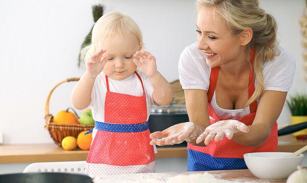 Μαγειρεύουμε παίζοντας: Φτιάξτε με τα παιδιά νηστίσιμα μπισκότα βρόμης
