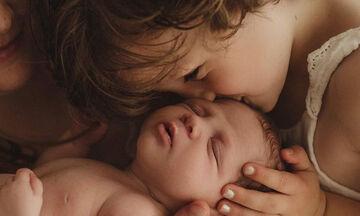Φωτογραφίες παιδιών με το νεογέννητο αδερφάκι τους που θα σας συγκινήσουν