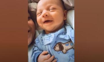 Ξεκαρδιστικό βίντεο: Αξιολάτρευτα μωρά σε απίθανα στιγμιότυπα