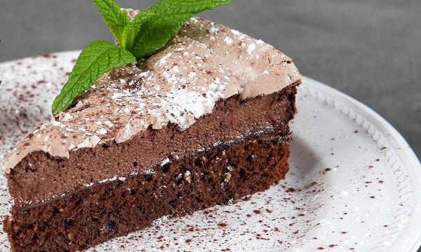 Κέικ σοκολάτας με μαρέγκα από τον Άκη Πετρετζίκη