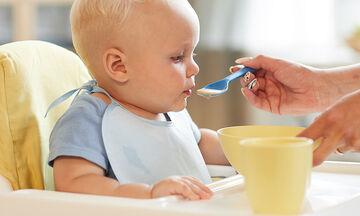 Στερεές τροφές στη βρεφική διατροφή: Πώς επηρεάζουν τον ύπνο του μωρού;