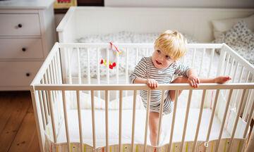 Τι να κάνετε αν το μωρό πέσει από το κρεβάτι