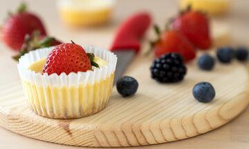 Με αυτή τη συνταγή θα φτιάξετε λαχταριστά mini cheesecakes (vid)
